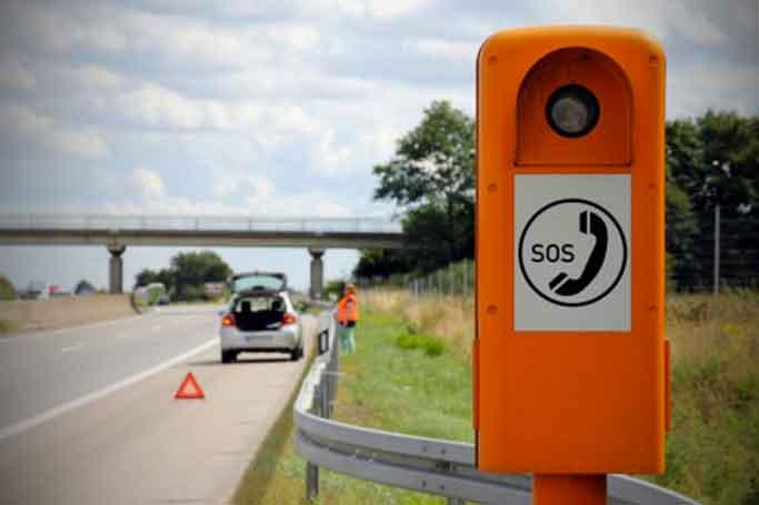 voiture en panne sur autoroute avec borne d'appel d'urgence